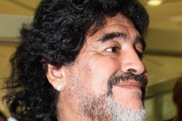 Maradona bajo de una patada al hijo del Kun